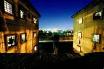 """ORG XMIT: 572301_0.tif Anoitecer na cidade de S""""o Paulo visto da janela de uma das escadarias do pavilh""""o 8 do Complexo Penitenci·rio do Carandiru. Depois de 46 anos de funcionamento, o maior presÌdio da AmÈrica Latina fechar· suas portas no dia 15 de setembro de 2002. (Foto: Jo""""o Wainer/Direitos Reservados)"""