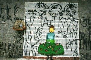 """ORG XMIT: 333001_1.tif Artes Pl·sticas: grafite feito pelos irm""""o gÍmeos Ot·vio e Gustavo Pandolfo na rua da EstÈfano, no bairro do Cambuci, em S""""o Paulo (SP); irm""""os fazem sucesso internacional e assinam nova linha da Nike. (S""""o Paulo (SP), 18.10.2005. Foto de Jo""""o Wainer/Folhapress)"""