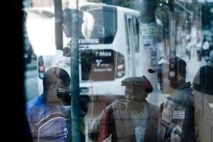 FSP - ESPECIAL / COTIDIANO / SAO PAULO, 24.06.2009 / Imagem de policial refletida em vidro da base da Policia Militar do Jardim Angela, que segue modelo japones de policiamento comunitario desde 1998. O bairro que já foi o mais violento da cidade hoje tem baixa taxa de homicidios. (Foto: Joao Wainer/Folha Imagem) *** EXCLUSIVO FOLHA ***