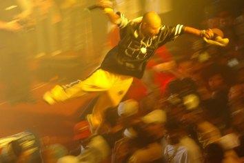 Rapaz se joga em um Mosh (salto sobre a plateia) durante o show do grupo de rap Trilha Sonora do Gueto, realizado na zona sul. (Sao Paulo,SP, 25.05.2005 - Foto : Joao Wainer/Folha Imagem)